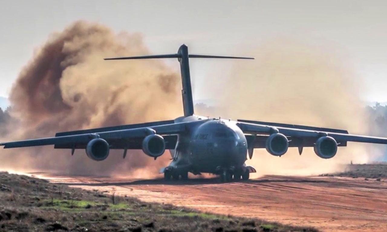 طائرة النقل العسكري البعيدة المدى Airbus A-400M C-17-dirt-airstrip-landing-takeo-1280x768